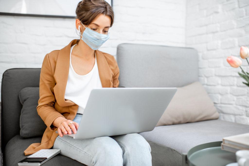 femme travaillant avec un masque